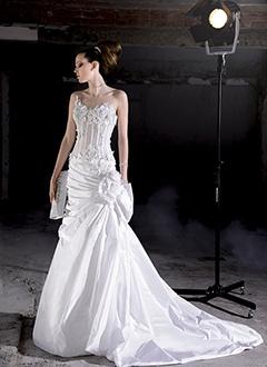 eacce21a04 Luxus menyasszonyi ruhák - ALMÁSSY ÉVA LUX Esküvői Ruhaszalon Budapest